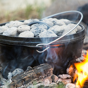 Dutch-Oven-mit-gluhender-Kohle-auf-Feuer